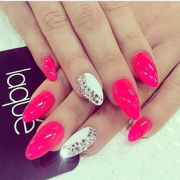 Фото ногтей с ярко розовым цветом