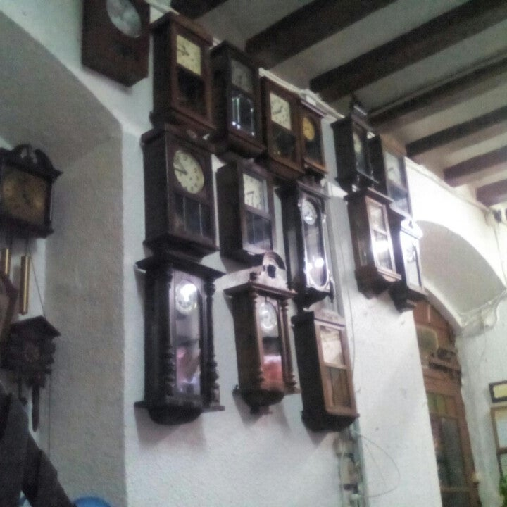 Setze rellotges de pendol a una paret del bar i un de cucut.