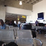 Es seguro  y limpio , ideal para esperar la salida del vuelo. Pero la comida es costosa, así que traigan un snack por si acaso