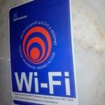 Спиной к окну, налево до упора упора около женского туалета есть единственный бесплатный wifi beltelecom VIP. Enjoy it)))
