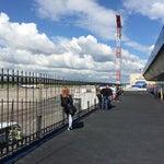 В хорошую погоду приятно выпить кофе на террасе, наблюдая за подготовкой самолета.