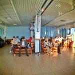 """Великолепный аэропорт! Маленький уютный зал ожидания с двумя ТВ (один правда не работает), автоматом для продажи кофе и """"сникерсов"""" и очень стильными деревянными скамейками!"""