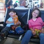 Si viaja con niños tenga paciencia y llegue con tiempo. Antes de subir al avión unas Boquitas Diana los entretiene.