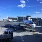 Aeropuerto principal ciudad Toronto, wifi gratis, muy ordenado y a la hora. Maletas se recepcionan automáticamente con código barra del boarding pass. Muy expedito trámite. Restaurant Wendy's y otros