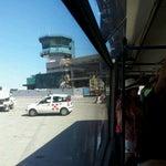 L'unico aeroporto al mondo progettato senza finger e non si fanno dieci metri a piedi per pagare qualche commessa a chi gestisce le navette!