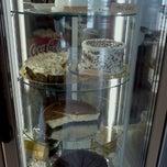 Das Foto wurde bei CautTort Cake Shop & Coffee von Simona V. am 12/1/2012 aufgenommen