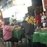 Photo taken at ก๋วยเตี๋ยวนำชัย ตลาดต้นพยอม by Yaowaluk J. on 4/15/2013