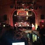 Photo taken at Charlie Murdochs Dueling Piano Rock Show by Philip O. on 12/16/2012