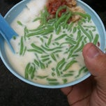 Photo taken at Penang Road Famous Teochew Chendul (Tan) by Robin L. on 5/24/2013