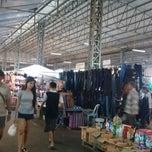 Photo taken at ตลาดนัดวัดชัยฉิมพลี (Wat Chai Chimplee Market) by Aey W. on 4/26/2015