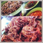 Photo taken at Rumah Makan Prima spesial kepiting Comal by Fredy I. on 10/2/2013