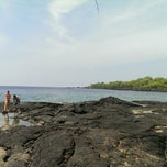 Photo taken at Hōnaunau Bay Puʻuhonua Pt. by peter o. on 10/9/2014