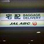 Photo taken at 成田空港第2ターミナル JAL ABC 手荷物託配カウンター by Masakazu K. on 1/4/2015