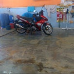 Photo taken at Pusat Kecantikan Kereta - My Car Wash, Seksyen 15 Shah Alam by Nor Azhar A. on 6/2/2013