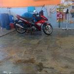 Photo taken at Pusat Kecantikan Kereta - My Car Wash, Seksyen 15 Shah Alam by Nor Azhar A. on 6/2/2013