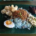 Photo taken at Restoran Nasi Kerabu Golok by Zakiah on 6/29/2013