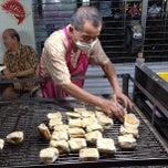 Photo taken at ขนมปังเจ้าอร่อยเด็ดเยาวราช by Sinith B. on 5/4/2013