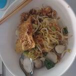 Photo taken at ย่งเส็ง ก๋วยเตี๋ยวลูกชิ้นปลา by tamedana b. on 4/25/2014