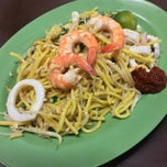 Photo taken at Nam Kee Fried Prawn Noodle by Kevin L. on 10/19/2013