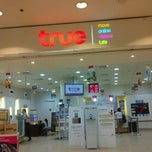 Photo taken at True Shop (ทรูช้อป) by Wasan P. on 9/29/2011