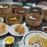 Photo taken at ท่องกี่ ภัตตาคาร (Thong Kee Restaurant) by Gift K. on 5/17/2015