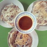 Photo taken at Roti Canai D'Bukit by Amyra A. on 4/19/2013