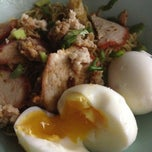 Photo taken at บะหมี่ไข่ลุงเฉื่อย (Lung Cheay Egg Noodles) by Eyezii on 8/6/2013