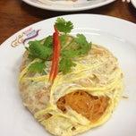 Photo taken at ทิพย์สมัย (ผัดไทยประตูผี) Thip Samai by SUPER T. on 7/18/2013