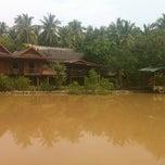 Photo taken at ณ ปลายโพงพาง @ อัมพวา by Pound K. on 10/15/2012