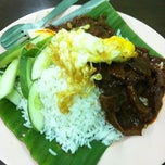 Photo taken at Ujang Corner Nasi Lemak Special BBS by Nazrul Y. on 6/13/2012