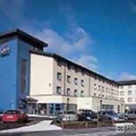 Photo taken at Holiday Inn Express by Phil B. on 10/6/2014