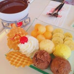 Photo taken at Swensen's (สเวนเซ่นส์) by ❥∑iωmu on 3/16/2015