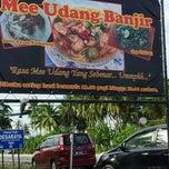 Photo taken at Warung Mee Udang Banjir by Liza A. on 11/24/2012