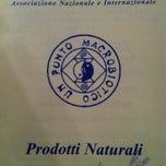 Photo taken at Un Punto Macrobiotico by Roberto A. on 4/26/2013