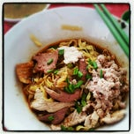 Photo taken at Hill Street Tai Hwa Pork Noodle 吊桥头大华猪肉粿条 by AA M. on 10/12/2012