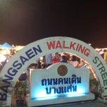 Photo taken at Bangsaen Walking Street (ถนนคนเดินบางแสน) by Kittinun K. on 8/25/2012