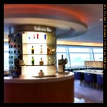 Photo taken at 国際線 JAL サクララウンジ (JAL Sakura Lounge - International Terminal) by Shinobu S. on 8/19/2011