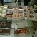 Photo taken at 面包新语 BreadTalk by Wenjin W. on 12/31/2011