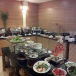 Photo taken at Melody Restaurant @ Mezzanine floor, Northern Hotel by Huy M. on 1/10/2012