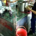 Photo taken at ร้านน้ำจับเลี้ยง@ตลาดบางแค by Kamolnat P. on 10/10/2011