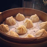 Photo taken at Din Tai Fung Dumpling House 鼎泰豐 by Anna V. on 9/9/2012