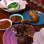 Photo taken at Bebek Goreng Khas Surabaya by Dyah S. on 7/29/2012