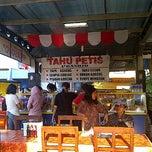 Photo taken at Tahu Petis Prasojo by maliki d. on 8/17/2012