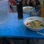 Photo taken at ราชาบะหมี่เกี๊ยว อุดมสุข by Devileter B. on 4/13/2012