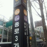 Photo taken at 종로3가역 (Jongno 3-ga Stn.) by Simon Y. on 2/9/2012