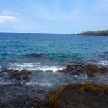 Photo taken at Hōnaunau Bay Puʻuhonua Pt. by Wil S. on 8/28/2012