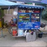 Photo taken at ส้มตำร้อยเอ็ด(รสเด็ด) ลุงจอม+ป้าไหม by Rider Kim T. on 5/13/2012