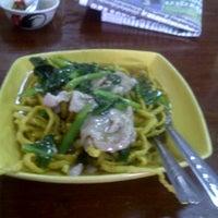 Photo taken at อาง้วน โกยซีหมี่ อาหารตามสั่ง by khanchai b. on 3/28/2012