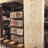 Photo taken at café&books bibliothèque Fukuoka Tenjin by macotsu on 11/17/2016