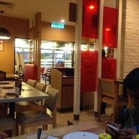 Photo taken at Pizza Hut by Máizatul Atmam I. on 9/28/2015